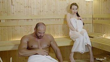 Полная куколка с большой дойкой выполняет ебарю жесткий отсос члена