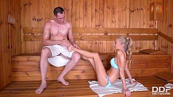 Молодая пара записывает домашнее видео на память
