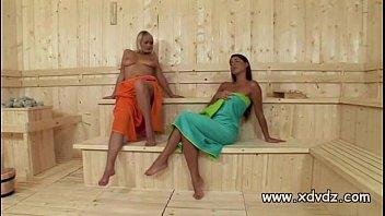Турист отдыхает с худой подругой на солнечном пляже и дерет её в вульву в палатке