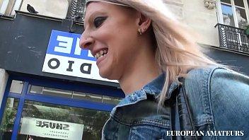 Пухлая блондиночка уединилась с черным резиновым фаллосом