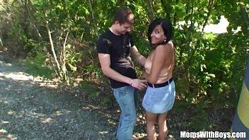 Парень пердолит худенькую красавицу на оранжевом диване и кончает на ее мордашку