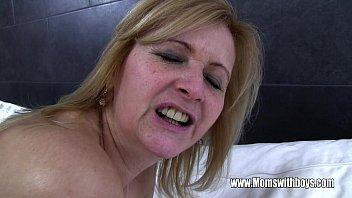 Пышногрудая бабуля со стройненькой фигурой обнажилась перед вебкой и занялась мастурбацией