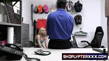 Развратница использует секс автомобиль для мастурбации жопы и кончает