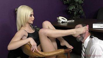 Аня олсен мастурбирует хуй молодчика ногами и занимается трахом, слизывая с пальчиков семя