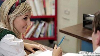 Молодая блондиночка онанирует писю у окошечка