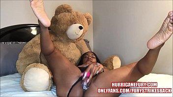 Порно госпожа изгаляется над рабами и ссыт на них