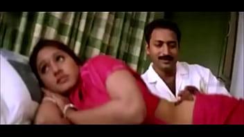 Парень имеет в не бритую половую щелочку беременную партнершу на кроватке