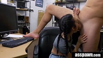 Обворожительная брюнетка показывает сисяндры приятелю и делает ему глубокий минет
