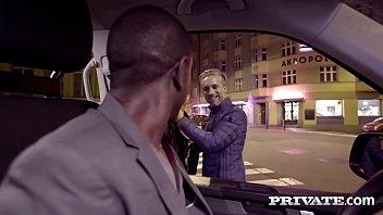 Азиатская брюнеточка облизывает пилотку блондинки, которая ебется с секс машиной