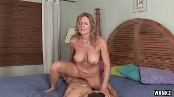 Старушка с огромными грудями онанирует член мужчины перед камерой