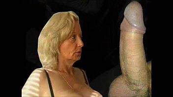 Две лезбиянки жестко трахают подругу пальцами в вульву и заставляют её сквиртить