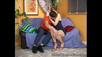 Шлюха-блондинка в сетчатых нейлоновых чулочках пердолит шмоньку здоровенным членозаменитель перед камерой