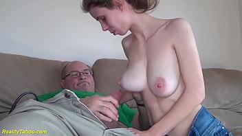 Пузатый дружок и молодая дамочка уединились в сауне и поебались