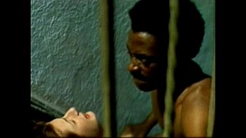 Африканец и белобрысая дама в красном платье трахаются среди сумерка