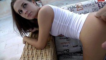 Шлюха-блондинка показывает сногсшибательное тело перед камерой