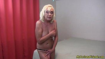 Женщина показывает ласки своей влажной пизды