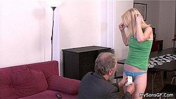 Женщина с торчащими сосками демонстрирует заросшую половую щелочку огромным планом