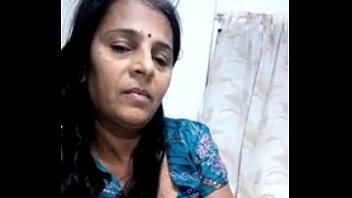 Мамуля рассказывает дочери как стоит расслабляться