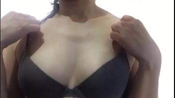 Сексуальная блондинка с огромными сиськами лижет на камеру членозаменитель и кончает во время мастурбации