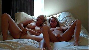 Мамочка в лифчике и стрингах позирет, лежа на огромный дивана