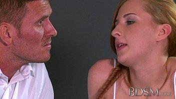 Длинноволосая гибкая девушка занимается трахом с молодчиком на кроватки