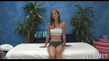 Милфа с толстой аналом растягивает анально-вагинальную мокрощелку с помощью дилдо на столе
